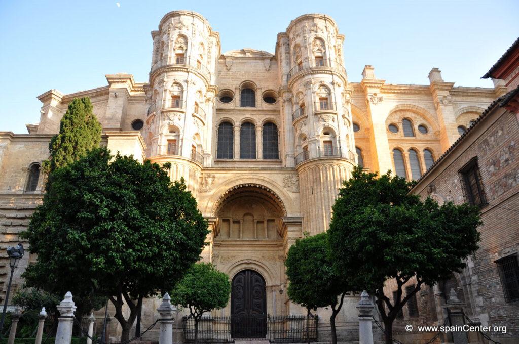 Frontal de la catedral de Málaga, visita Málaga y hospédese en Villa Juanita